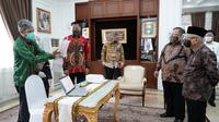 Menristek Bambang Brodjonegoro menyerahkan GeNose C19 kepada Wakil Presiden Ma'ruf Amin. (Istimewa/Biro Setwapres)