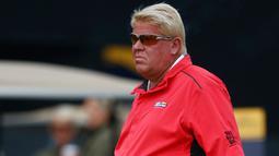 Pegolf AS, John Daly mengenakan celana penuh corak dan berwarni-warni selama sesi latihan di Southport, Inggris, 19 Juli 2017. Celana yang digunakan pegolf tersebut bergambar tempat rekreasi dari sejumlah negara. (REUTERS/Hannah McKay)