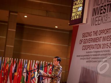 Presiden Jokowi memberi kata sambutan saat pembukaan acara  Asosiasi Pemerintah Kabupaten Seluruh Indonesia (APKASI) International Trade and Investment Summit 2015 di Jakarta, Rabu (13/5). (Liputan6.com/Faizal Fanani)