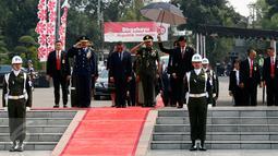 PM Timor Leste Rui Araujo didampingi Sekretaris Militer Presiden Marsekal Muda Hadi Tjahjanto (kiri) dan Kasdam Kodam Jaya Brigjen TNI Ibnu Tri Widodo (kanan) saat tiba di TMP Kalibata, Jakarta, Rabu (26/8/2015). (Liputan6.com/Yoppy Renato)