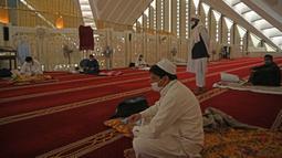 Umat muslim menjaga jarak saat mereka berkumpul untuk beritikaf di Masjid Agung Faisal di Islamabad, Pakistan, Kamis (14/5/2020). Itikaf adalah berdiam diri di masjid dengan niat beribadah untuk mendekatkan diri kepada Allah swt pada sepuluh hari terakhir bulan Ramadan. (Aamir QURESHI/AFP)