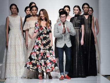 Sebastian Gunawan bersama para modelnya usai menampilkan karya berlabel Votum dalam peragaan busana Ikatan Perancang Mode Indonesia (IPMI) Trend Show 2017 di Senayan City, Jakarta, Kamis, (10/11). (Liputan6.com/Yoppy Renato)