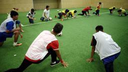 Para pencari suaka melakukan pemanasan saat mengikuti latihan bersama klub FK Austria Wien di Wina, Austria. (Reuters/Heinz-Peter Bader)