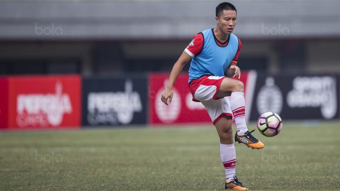 Bek Persija, Arthur Irawan, melakukan pemanasan sebelum melawan Borneo FC pada laga Liga 1 di Stadion Patriot Bekasi, Jawa Barat, Minggu (16/7/2017). Persija menang 1-0 atas Borneo FC. (Bola.com/Vitalis Yogi Trisna)