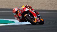 Pembalap Repsol Honda, Marc Marquez memacu motornya selama balapan MotoGP Spanyol 2018 di Sirkuit Jerez, Minggu (6/5). Marc Marquez, tampil impresif untuk menjuarai balapan MotoGP Jerez. (AP Photo/Miguel Morenatti)