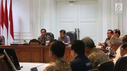 Presiden Joko Widodo didampingi Wapres Jusuf Kalla mengikuti rapat terbatas di Kantor Presiden Jakarta, Senin (28/5). Jokowi ingin memastikan pelaksanaan mulai dari pembukaan pertandingan dan penutupan Asian Games 208. (Liputan6.com/Angga Yuniar)