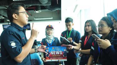 Sejumlah peserta finalis berdiskusi saat media tour ke redaksi berita di Sctv Tower, Jakarta (15/11). Finalis Citizen Journalist Academy Energi Muda Pertamina berasal dari 3 kota Semarang, Balikpapan dan Jakarta. (Liputan6.com/Helmi Afandi)