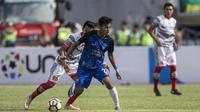Striker PSIS, Hari Nur Yulianto, berusaha melewati gelandang martapura FC, Reza Saputra, pada laga perebutan tempat ketiga Liga 2 di Stadion GBLA, Bandung, Selasa (28/11/2017). PSIS menang 6-4 atas Martapura FC. (Bola.com/Vitalis Yogi Trisna)