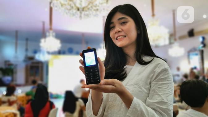 Model memegang Hape Online - 4G Smart Feature Phone. (Liputan6.com/ Mochamad Wahyu Hidayat)