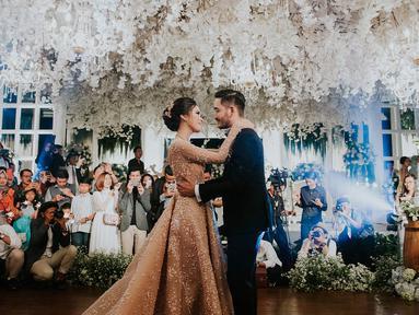 Syahnaz Sadiqah dan Jeje Govinda kini telah resmi menjadi pasangan suami istri. Sabtu (21/4/2018), keduanya menikah di Pine Hill, Lembang, Bandung, Jawa Barat. Berikut adalah sederet momen bahagia di acara tersebut. (Instagram/syahnazs)