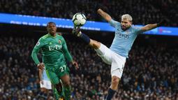 Striker Manchester City, Sergio Aguero, mengontrol bola saat melawan Watford pada laga Premier League 2019 di Stadion Etihad, Sabtu (9/3). Manchester City menang 3-1 atas Watford. (AFP/Paul Ellis)