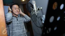 Juara D'Academy Asia, Danang bergaya di studio rekaman, Jakarta, Kamis (14/1/2016) Sebagai Juara 1  D'Academy Asia, Danang akan dibuatkan Singel karya musisi Malaysia Pak Ngah. (Liputan6.com/Herman Zakharia)