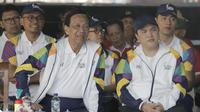 Gubernur DIY Sultan Hamengkubuwono X dan Ketua INASGOC, Erick Thohir saat acara kirab obor Asian Games 2018 di Pagelaran Keraton Yogyakarta, Kamis (19/7/2018). Total jarak kirab Obor di Yogya ini sepanjang 11,5 kilometer. (Bola.com/M Iqbal Ichsan)