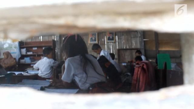 Ruangan belajar puluhan siswa berada di bangunan yang sudah tua reot dan terancam ambruk.