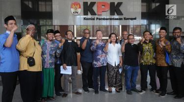 Sejumlah pemuka agama dari berbagai lembaga keumatan berfoto bersama dengan perwakilan pegawai KPK usai menyampaikan pernyataan sikap dukungan terhadap KPK di Jakarta, Selasa (10/9/2019). Mereka menolak usulan revisi Undang-Undang Nomor 30 Tahun 2002 tentang KPK. (merdeka.com/Dwi Narwoko)