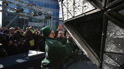 Pekerja memasang kristal berbentuk segitiga pada bola raksasa di atas sebuah gedung di Times Square, New York, Kamis (27/12). Menyaksikan bola kristal raksasa adalah tradisi yang tidak terlewatkan setiap perayaan tahun baru sejak 1904. (AP/Seth Wenig)
