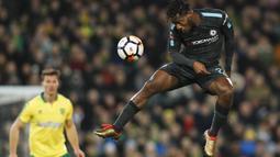 Penyerang Chelsea, Michy Batshuayi menyundul bola ke gawang Norwich City pada laga Piala FA di Carrow Road, Norwich, (6/1/2018). Chelsea bermain imbang 0-0 dengan Norwich. (AFP/Adrian Dennis)