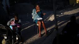 Seorang wanita hamil sedang makan dan disebelahnya seorang ibu menyusui bayi di penampungan Padre Chava, Tijuana, Senin (3/10). Setelah meninggalkan Brasil, di mana mereka pindah pasca gempa Haiti 2010, dan memutuskan pindah ke AS (REUTERS/Edgard Garrido)