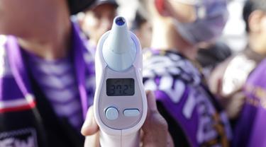 Sejumlah suporter melakukan pengecekan suhu badan sebelum memasuki di Stadion Sport Center, Tangerang, Jumat (6/3/2020). Kegiatan tersebut untuk mengantisipasi maraknya isu penyebaran virus Corona. (Bola.com/M Iqbal Ichsan)