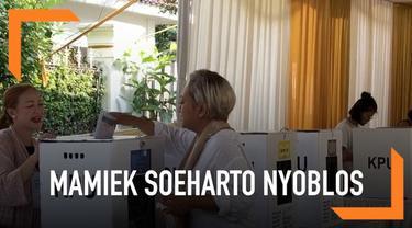 Siti Hutami Endang Adiningsih atau Mamie Soeharto mencoblos di TPS 02, Gondangdia, Menteng, Jakarta, pukul 08:40 WIB.