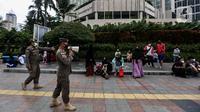 Petugas Satpol PP berkeliling memberikan imbauan di kawasan Bundaran HI, Jakarta, Minggu (6/12/2020). Ikatan Dokter Indonesia (IDI) Jakarta meminta pembatasan sosial berskala besar (PSBB) kembali diperketat lantaran tren kasus Covid-19 yang terus melonjak di Ibu Kota (Liputan6.com/Johan Tallo)