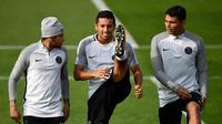 Tiga pemain PSG asal Brasil, Neymar, Marquinhos dan Thiago Silva saat mengikuti latihan di Saint-Germain-en-Laye, Paris (26/9). PSG akan bertanding melawan Bayern Munchen pada grup B Liga Champions. (AFP Photo/Franck Fife)