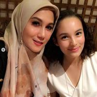 Marini Zumarnis mengunggah foto bersama Chelsea Islan saat makan malam bersama (Instagram/@marinizumarnisreal)