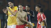 Bek Selangor FA, Willian Pachecho, bercanda dengan pemain Persija Jakarta, Gunawan Dwi Cahyo, pada laga persahabatan di Stadion Patriot, Jawa Barat, Kamis (6/9/2018). Persija kalah 1-2 dari Selangor FA. (Bola.com/M Iqbal Ichsan)