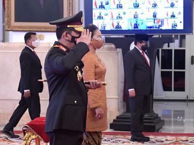 Kapolri Jenderal Pol Listyo Sigit Prabowo (kiri) memberi hormat kepada Presiden Joko Widodo seusai upacara pelantikan Kapolri di Istana Negara, Jakarta, Rabu (27/1/2021). Listyo Sigit dilantik menjadi Kapolri menggantikan Idham Azis yang memasuki masa pensiun. (Krishadiyanto - Biro Pers Setpres)
