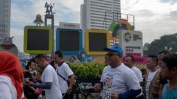 Ketua KPU RI, Arief Budiman mengikuti kompetisi lari Democracy Run di Bundaran HI, Minggu (18/3). Acara ini diikuti perwakilan dari 15 partai politik yang lolos pemilu 2019, anggota KPU dan Banwaslu serta masyarakat umum. (Liputan6.com/Faizal Fanani)