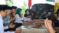 Presiden ke-5 RI Megawati Soekarnoputri berdoa di makam Bung Karno di Blitar