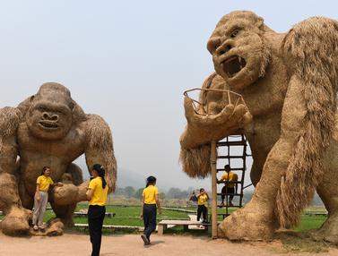 Unik, Patung King Kong Raksasa Ini Terbuat dari Jerami