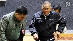 Menteri Pertahanan, Ryamizard Ryacudu menghadiri rapat kerja dengan Komisi I DPR di Kompleks Parlemen, Jakarta, Selasa (4/12). Rapat membahas beberapa agenda dan menyinggung peristiwa penembakan yang menewaskan 31 orang di Papua (Liputan6.com/Johan Tallo)