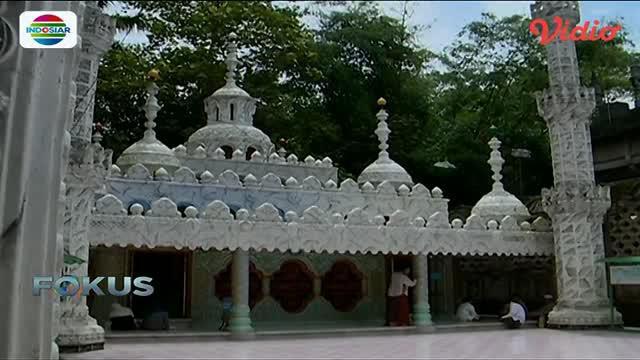 Masjid Tiban yang terletak di Tuban, Jawa Timur, menyimpan banyak cerita di dalamnya.