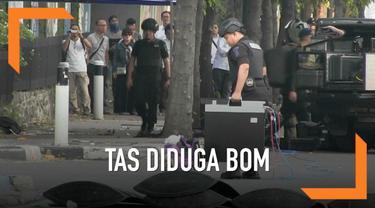 Sebuah tas berwarna ungu yang diduga berisi benda berbahaya ditemukan tergeletak di tengah massa unjuk rasa di depan Gedung Bawaslu RI di Jalan Thamrin, depan Halte Busway Sarinah, Jakarta Pusat, saat aksi unjuk rasa tengah berlangsung.