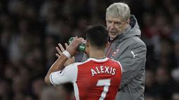 Arsene Wenger memberikan arahan kepada pemainnya saat melawan Sunderland pada lanjutan Premier League di Emirates Stadium, London, (16/5/2017). Arsenal menang 2-0. (AP/Matt Dunham)