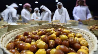 Para juri mendiskusikan kualitas kurma Dabbas selama Festival tahunan Kurma Liwa  di kota Liwa, Abu Dhabi pada Rabu (17/7/2019). Festival yang rutin diadakan setiap tahun ini biasanya dihadiri oleh ribuan orang lebih turis mancanegara dan pengunjung lokal.  (AP Photo/Kamran Jebreili)