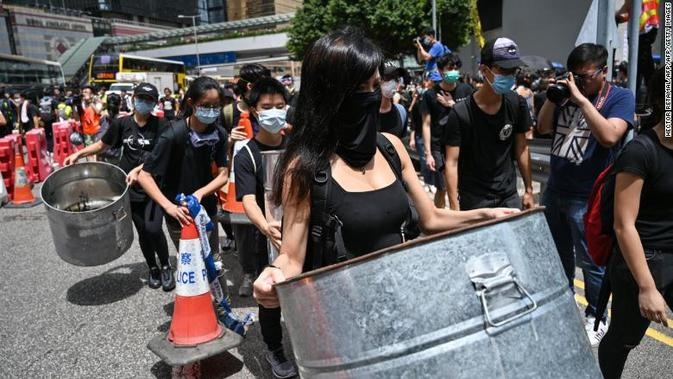 Demonstran Hong Kong dalam perjalanan untuk melaksanakan aksi protes di kantor kepolisian (AFP PHOTO)