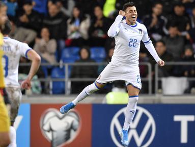 Striker Italia, Stephan El Shaarawy berselebrasi usai mencetak gol ke gawang Liechtenstein pada Grup J Kualifikasi Piala Eropa 2020 di Vaduz, Liechtenstein (15/10/2019). Italia menang telak 5-0 atas Liechtenstein. (Gian Ehrenzeller/Keystone via AP)