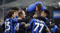 Pemain Inter Milan Lautaro Martinez (kanan) merayakan golnya ke gawang Lazio bersama rekan satu timnya pada pertandingan Liga Italia di Stadion San Siro, Milan, Italia, Minggu (14/2/2021). Inter menggusur AC Milan dari puncak klasemen Liga Italia usai mengalahkan Lazio 3-1. (AP Photo/Luca Bruno)