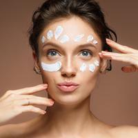 Jangan asal pakai, mengaplikasikan pelembap wajah sebaiknya sesuai dengan jenis kulit. (foto: shutterstock)