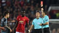 Bek Manchester United Eric Bailly diganjar kartu merah pada leg kedua semifinal Liga Europa melawan Celta Vigo di Old Trafford, Manchester, Kamis (11/5/2017). (AFP/Paul Ellis)