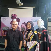 Dian Pelangi dan Itang Yunasz di NYFW 2019. (Foto: Dok. Wardah)