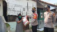 Cegah kelaparan di masa PPKM Darurat, Polsek Sawangan berikan bantuan sembako kepada warga kurang mampu. (Liputan6.com/Dicky Agung Prihanto)