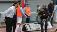 Pelatih Lazio, Simone Inzaghi mengintruksikan para pemainnya saat bertanding melawan AC Milan pada lanjutan Liga Serie A Italia di stadion Olimpiade Roma, (10/9). Lazio menang atas AC Milan 4-1. (AP Photo/Alessandra Tarantino)