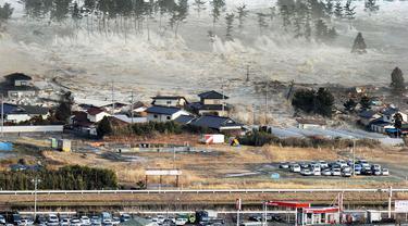 Tsunami yang menerjang kawasan Fuskushima di timur laut Jepang pada tahun 2011 (AP/Kyodo)