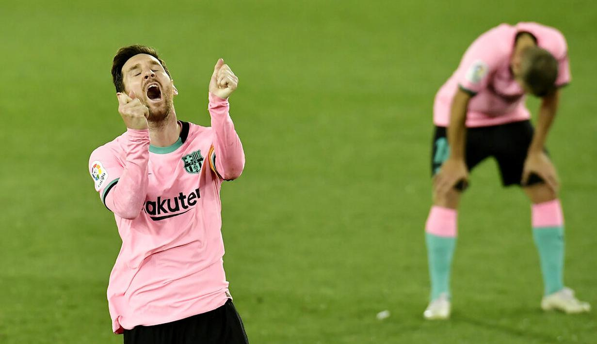 Ekspresi striker Barcelona, Lionel Messi, saat melawan Alaves pada laga Liga Spanyol di Stadion Mendizorroza, Minggu (1/11/2020). Kedua tim bermain imbang 1-1. (AP Photo/Alvaro Barrientos)
