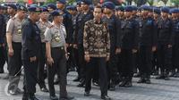 Presiden Jokowi didampingi Kapolri Jenderal Pol Tito Karnavian dan Wakapolri Komisaris Jenderal Syafruddin seusai meninjau pasukan setelah memimpin apel Korps Brimob Polri di Kelapa Dua, Depok, Jumat (11/11). (Liputan6.com/Immanuel Antonius)