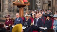 Ratu Elizabeth II bersama anggota kerajaan Inggris menghadiri acara The Commonwealth Day Service di Westminster Abbey, London, Senin (12/3).  Meghan Markle untuk pertama kalinya terlibat dalam acara kerajaan bersama Ratu Elizabeth II. (AP Photo)