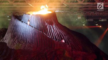 Peraih medali emas Olimpiade Barcelona, Susi Susanti menyalakan obor Asian Games 2018 saat pembukaan di Stadion Utama Gelora Bung Karno (SUGBK), Jakarta, Sabtu (18/8). (Liputan.com/Fery Pradolo)